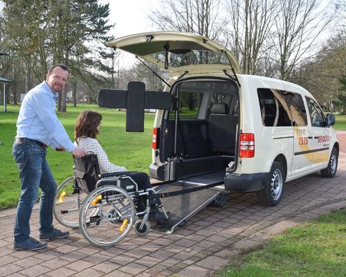Extra Ausstattung: die Kopfstütze für Rollstuhlfahrer, Niederflurausführung und neueste Gurttechnik zur Sicherung des Rollstuhls im Fahrzeug.